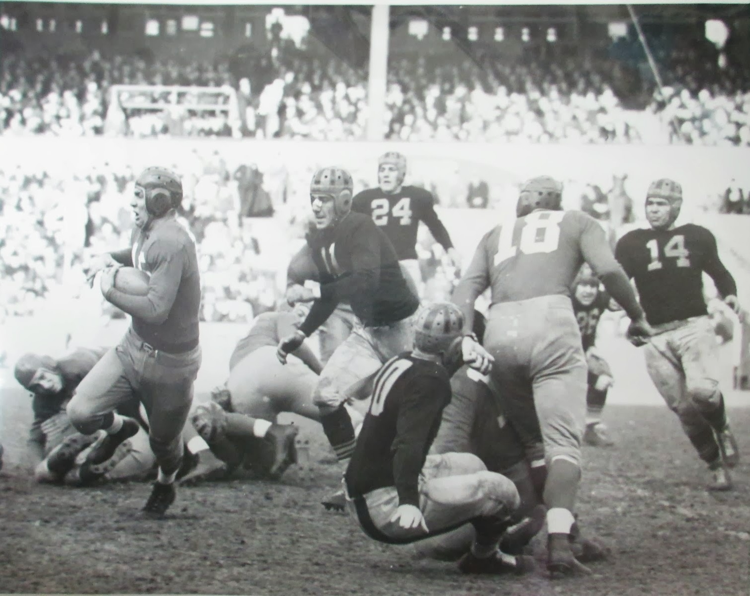 Hank Soar (with the ball), Pittsburgh Football Pirates at New York Football Giants (November 7, 1937)