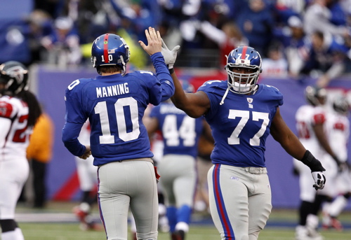 Eli Manning and Kevin Boothe – © USA TODAY Sports Images