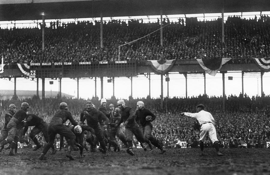 Hinkey Haines (with the ball), Chicago Bears at New York Giants (Polo Grounds) (December 6, 1925)
